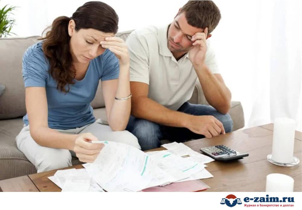 Мужчина и женщина с документами