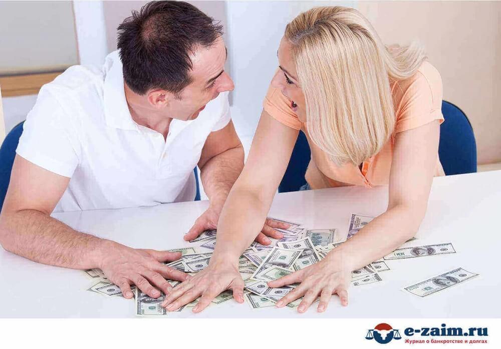 Пара делит деньги