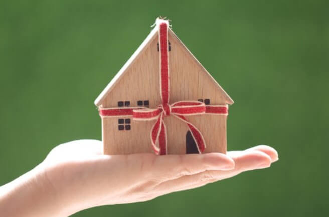 Подарить квартиру или завещать - какой из двух вариантов выбрать